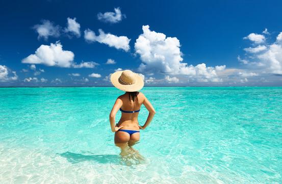 Eine Frau im Urlaub am Strand.